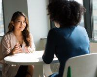 Rozmowa kobiet przy stole