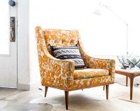 Żółty stylowy fotel do czytania