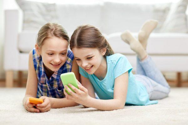 Dziewczynki ze smartfonem