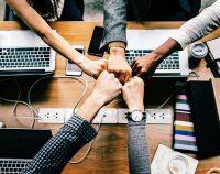 Praca zespołowa młodych ludzi