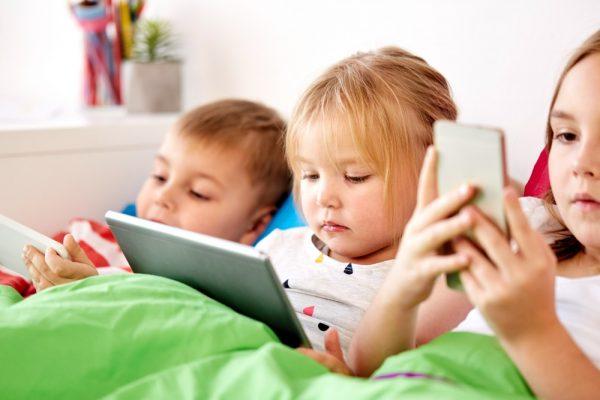 Dzieci z tabletem i smartfonami