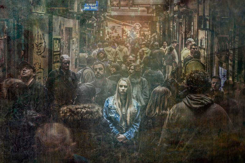 Kobieta pośród tłumu. Dystymia.