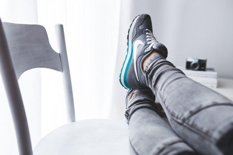 stopy wyciągniete na krzesło