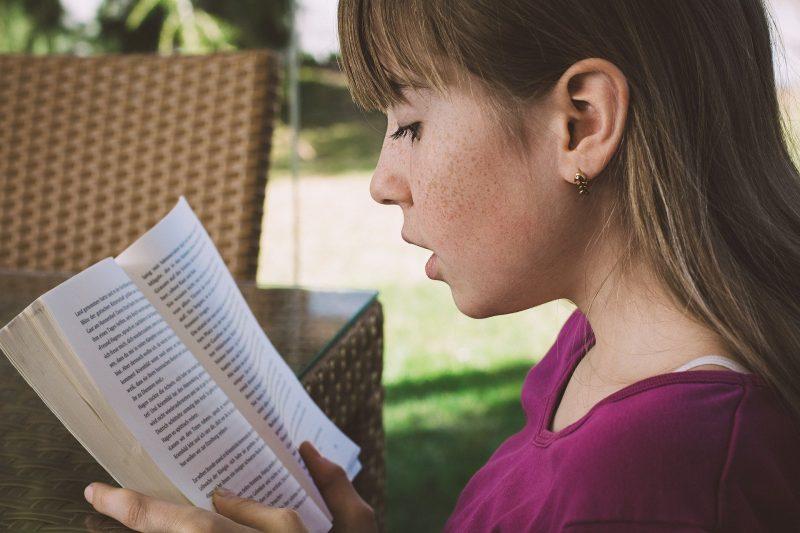 dziewczynka, piegi, czytanie