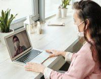 Kobieta przeprowadzająca terapię online