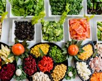 Stół pełen zdrowej żywności