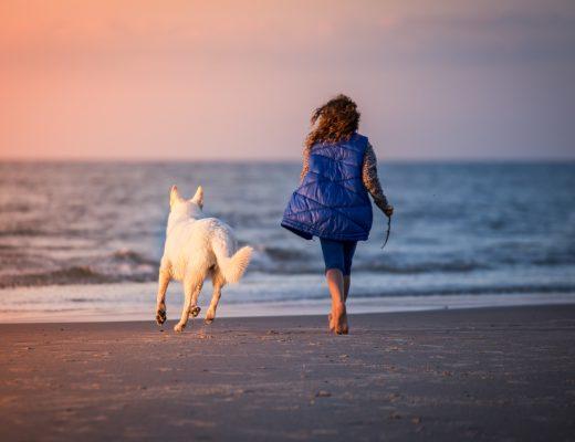 Kobiet na plaży z psem