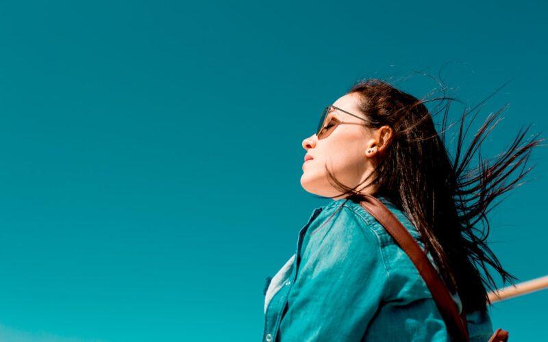 Kobieta zastanawiająca się nad wpływem na swoje zycie