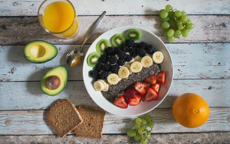 owoce poukładane na talerzu i stole